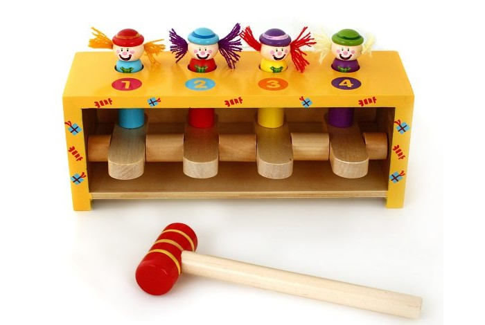 Деревянная игрушка Mapacha Набор с молоточком Прыгающие клоуныНабор с молоточком Прыгающие клоуныДеревянная игрушка Mapacha Набор с молоточком Прыгающие клоуны представляет собой деревянный ящичек с четырьмя клавишами и отверстиями.  Особенности: В каждое отверстие вставляется гвоздик (фигурка клоуна). Задача ребенка - стучать по клавишам молотком так, чтобы фигурки выпрыгивали из отверстий.  Комплектность: деревянный ящик с клавишами, гвозди-клоуны - 4 шт., молоток.<br>