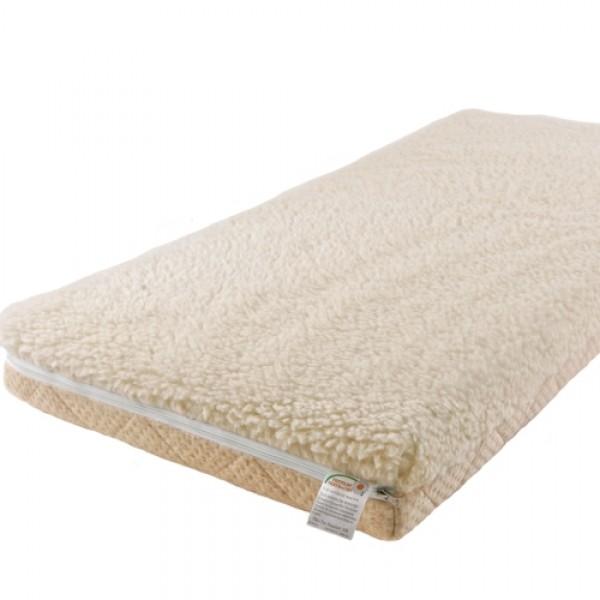 Матрас Babysleep класса Люкс BioForm Linen 140x70класса Люкс BioForm Linen 140x70Уникальный детский матрас класса Люкс BioForm Linen 140x70 двусторонней жесткости. Экологически чистый, так как при производстве не используются клеевые материалы.  Описание:  - Жесткая сторона состоит из 100% натурального материала – кокосового волокна (кокосовая плита от Enkev, Голландия) с латексной пропиткой - это увеличивает долговечность и придает детскому матрасу пружинящие свойства; отличается гигиеничностью, антиаллергенностью и естественной вентиляцией.  - Сторона средней жесткости – это блок Naturalform (производство GommaGomma, Италия) – обладает особой пористой внутренней структурой, благодаря чему прекрасно пропускает воздух.  Уникальные чехлы: внутренний и внешний:  Внутренний чехол (100% натуральный хлопок) надежно фиксирует компоненты детского матраса BabySleep «BioForm Bamboo», увеличивает срок его службы и позволяет комфортно использовать внешний чехол, без риска деформации матраса;  Внешний чехол с 3-сторонней молнией и удобными сторонами зима – лето: ЛЕТО - «Lino» высококачественная ткань итальянской фабрики «Stellini». Лен наиболее древний текстиль растительного происхождения, за его уникальные свойства лен называют золотом текстиля, так как в процессе использования не желтеет и не стареет. Волокно льна имеет прекрасные потребительские свойства: в 3 раза прочнее хлопка, устойчив к воздействию солнечного света, хорошо впитывает влагу и быстро ее отдает (высыхает). Лен - это чистота, нежность, надежность, комфорт и престиж.  ЗИМА - 100 % открытая тонкорунная шерсть мериноса, производства итальянской фабрики «Cafissi» Италия, с противомикробной и противоклещевой пропиткой (снижает риск возникновения аллергии).  Шерсть мериноса (за счет высокого содержания ланолина – животного воска) является природным антисептиком, укрепляет иммунную систему, способствует лучшей релаксации, снимает стресс.  Малышу обеспечивается сухой и расслабляющий микроклимат в детской кроватке, по