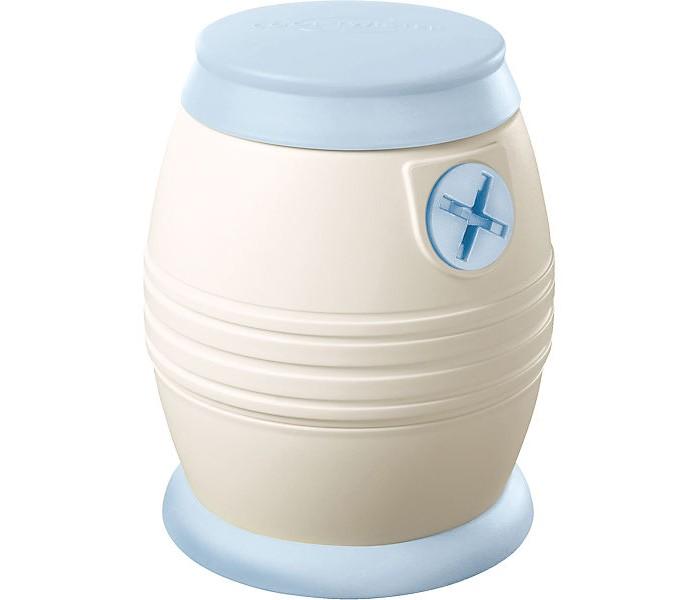 NIP Прибор для охлаждения кипятка Cool TwisterПрибор для охлаждения кипятка Cool TwisterNIP Прибор для Охлаждения Кипятка Cool Twister. Если ваш ребенок голоден, смесь нужно готовить очень быстро. Но прежде чем использовать воду для приготовления смеси, ее нужно вскипятить, чтобы защитить от бактерий, а затем охладить до нужной температуры. Ожидание, особенно в ночное время, создает беспокойство и ставит Вас в стрессовую ситуацию.  Производители смесей рекомендуют использовать воду различной температуры - 40, 50, 60 или 70 градусов. Но как определить, насколько горяча вода? Если вода ниже 40 градусов, смесь может не раствориться и образовать комки, а если температура воды выше рекомендуемой, то могут разрушиться важные питательные вещества, такие как пробиотические культуры.  Для охлаждения кипяченой воды существуют различные способы. Охлаждение горячей воды в холодной водяной бане или под струей холодной воды является неточным, и упускает драгоценное время. Поможет Cool Twister. Это первый в мире Прибор для Охлаждения воды. Он охлаждает кипяченую воду всего за 80 секунд до питьевой температуры. Этот способ стерильный, экологически чистый и обеспечивает точную температуру охлаждения воды.  Особенности: Остужает кипящую воду за 80 секунд Охлаждает воду до установленной температуры 40, 50, 60 или 70°C Холодная вода - это все что нужно для работы охладителя (простой принцип теплообмена) Не требует источника питания Легкость и удобство, простота очистки Подходит для бутылочек со стандартным и широким горлышком. Размер: 25х9,5х16 см.  Простота в использовании: При помощи прочной мерной чашки отмерьте 210 мл кипятка Переверните «Cool Twister» на 180°, вставьте мерную чашку в винтовое горлышко основного элемента и накрепко привинтите Снова переверните «Cool Twister» на 180° и поставьте его прямо на горлышко бутылочки. Горячая вода автоматически проходит через охлаждающий змеевик и охлаждается по принципу простого теплообмена<br>