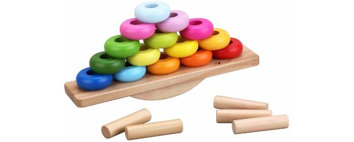 Деревянная игрушка Classic World Развивающая Балансирующая пирамидкаРазвивающая Балансирующая пирамидкаБалансирующая пирамидка представляет собой развивающую игрушку три в одном.   Можно нанизывать яркие кольца на палочки помогая основе в виде качелей оставаться в равновесии. Выполняя задания по карточкам ребенок научится подбирать цвета, определять размер колечек, попутно расширяя словарный запас, развивая логику и понимая что такое равновесие.  Игра изготовлена из экологически чистого дерева с использованием безопасных для здоровья ребенка красок.<br>