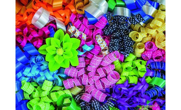 Ravensburger Пазл Цветные ленты 500 элементовПазл Цветные ленты 500 элементовRavensburger Пазл Цветные ленты 500 элементов 14691  Пазл Цветные ленты достаточно сложно собирать, поэтому этим можно заняться всей семьей. На образце изображены разноцветные ленты и салатовый цветок. В комплекте представлено пятьсот элементов, с помощью которых вы сможете создать яркую картинку. Готовое изображение можно повесить на стене как результат кропотливой и качественной работы всей семьи.  Размер собранного пазла: 49 x 36 см.<br>