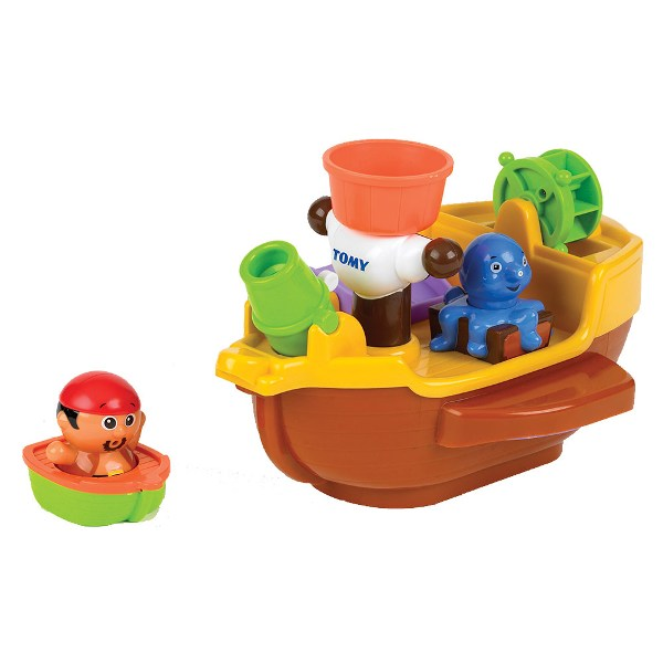 Tomy Игрушка для купания Пиратский корабльИгрушка для купания Пиратский корабльУвлекательная игрушка для ванны Пиратский корабль от Английского бренда Tomy подарит вашему малышу радостные минуты при купании.  В комплекте: корабль, пират, лодка, брызгалка-осьминог.  Пушкой и осьминогом можно брызгаться, а если на штурвал полить водой, он начнет крутиться как водяная мельница. Пират может передвигаться как на корабле - на дозорной вышке, так и спасаться бегством на лодке во время кораблекрушения.   Игрушка развивает мелкую моторику, наблюдательность и координацию движений, а также показывает малышу причинно-следственные связи.<br>