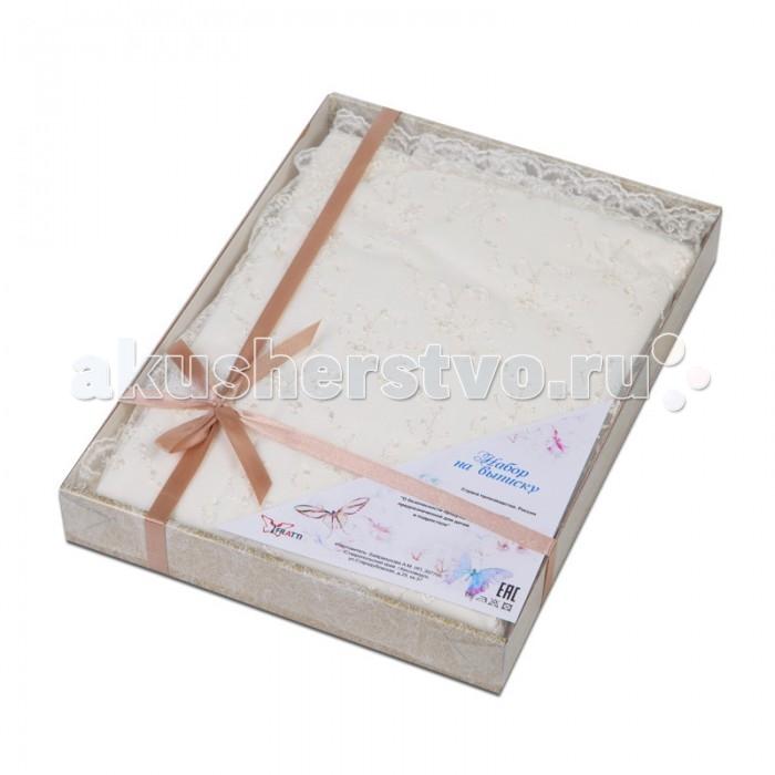 Комплект на выписку Ifratti Со стразами в подарочной упаковкеСо стразами в подарочной упаковкеIfratti Комплект на выписку Со стразами в подарочной упаковке  Любая новорожденная малышка станет красавицей с помощью этого подарочного набора на выписку от Ifratti. Подарочный комплект включает в себя нарядное платьице, чепчик, боди и квадратную пеленку-уголок размером 90 на 90 см. Стопроцентный хлопок, из которого изготовлен набор, украшен декоративными кружевными рюшечками, поэтому любая девочка непременно будет обворожительной принцессой.    Возраст: до 6 месяцев Для девочек Цвет: молочный Комплект: платье-сарафан, повязка, боди, пеленка-уголок. Размер пеленки-уголка: 90 х 90 см<br>
