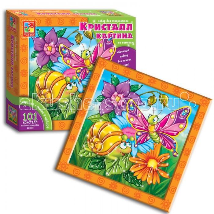 Vladi toys Кристалл картина Улитка и бабочкаКристалл картина Улитка и бабочкаVladi Toys Кристалл картина Улитка и бабочка представляет собой замечательный комплект для создания красочного объемного рисунка из элементов мозаики по номерам.   Дети с интересом будут создавать картину с изображением розовой бабочки и забавной желтой улитки, которые встретились на цветочной поляне в окружении благоухающих цветов. На объемные элементы мозаики нанесены блестящие стразы, которые и создают эффект кристальной картины.    В каждом наборе — красочная картинка-основа с номерами-подсказками, лист кристалл-элементов на самоклеющейся основе, рамка и крючок для подвешивания картины.   Такой набор позволит развить моторику рук, внимательность, аккуратность и конечно эстетический вкус.<br>