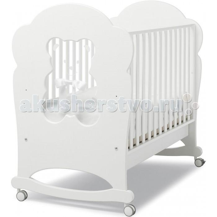 Детская кроватка Erbesi Fiocco BubuFiocco BubuКроватка-качалка Erbesi Fiocco – новая линейка кроватей для новорожденных, отличающаяся высоким качеством используемых материалов. Стильная и изящная, она обеспечит малышу крепкий и здоровый сон, а ее элегантный дизайн наполнит комнату атмосферой уюта и тепла.   При снятых колесиках кроватка легко превращается в качалку, позволяя быстрее успокоить и убаюкать кроху.  Особенности: Двухуровневое дно в виде ортопедической сетки из деревянных планок или многослойной перфорированной фанеры (10 отверстий), обеспечивающей правильное потоотделение Качание при снятых колесах, позволяет быстрее успокоить и убаюкать малыша  Характеристики: Внешние размеры кроватки : 134х79х120 см Размеры спального места : 125х65 см Расстояние между прутьями : 4,5-6,5 см Размеры кроватки в упаковке (:  140х85х19 см Вес кроватки в упаковке: 30 кг<br>
