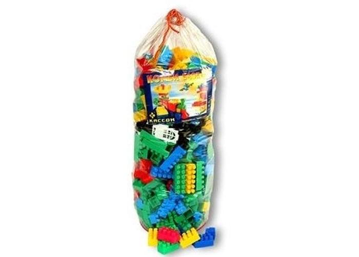 Конструктор Кассон Комби блок 500 деталейКомби блок 500 деталейКонструктор Комби блок - это возможность раскрыть творческий потенциал, скрытый в ребенке.   Благодаря набору из 500 деталей можно построить различные сооружения в ярких тонах. Сооружения могут использоваться как отдельные игрушки или как дополнения к имеющимся.  Состоит из разноцветных деталей разной длины. В набор входят следующие дополнительные элементы: платформы с колесами; оконные и дверные рамы и крыши для строительства домов; съемные корпусы машин; фигурки деревьев; модули забора с основаниями.   Игра способствует развитию мелкой моторики и координации движений обеих рук, образного и пространственного мышления, воображения. Рядом с родителями игра будет интересней, ведь ребенка нужно поощрять, чтобы удовлетворить его потребности в заботе и любви.<br>