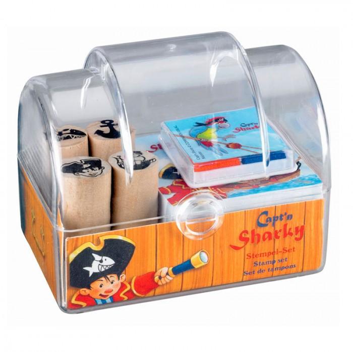 Развивающая игрушка Spiegelburg Набор штампов Captn Sharky 20145Набор штампов Captn Sharky 20145Spiegelburg Набор штампов Captn Sharky 20145 станет отличным подарком для ребенка.   В набор входят 4 деревянных штампа с разными отпечатками в виде якоря, акулы, капитана Шарки и морского корабля, а также штемпельная подушка и блокнот для рисования. Набор придется по вкусу всем любителям морских путешествий.<br>