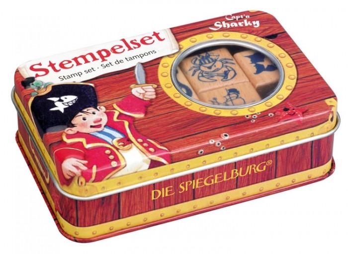 Spiegelburg Набор штампов Captn Sharky 21607Набор штампов Captn Sharky 21607Spiegelburg Набор штампов Captn Sharky 21607 подойдет детям, увлекающимся пиратами!   В набор входят красивая металлическая коробка с изображением капитана Шарки для хранения и переноски, 4 деревянных штампа с отпечатками в виде краба с саблей, пиратского флага, корабля и капитана Шарки, а также штемпельная подушка темно-синего цвета.  Штампы можно использовать для украшения в тетрадях или отмечать ими свои работы.<br>