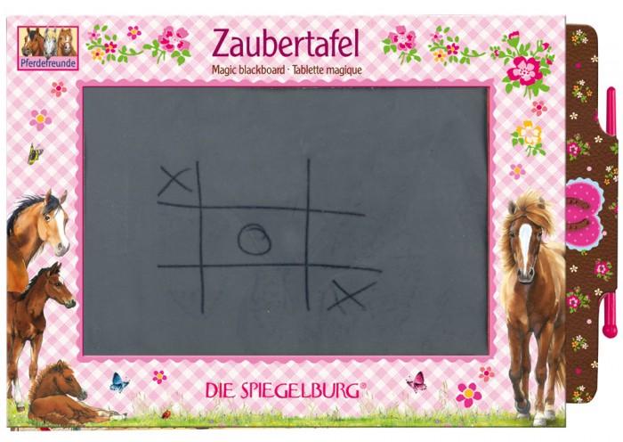 Spiegelburg Игровая доска Pferdefreunde 25551Игровая доска Pferdefreunde 25551Spiegelburg Игровая доска Pferdefreunde 25551.На доске можно писать-рисовать и тут же стирать.   Компактную доску можно удобно расположить на столе или подвесить, кроме того, она будет незаменима в походе или в путешествии.   Игровая доска станет отличным дополнением к целой серии канцелярских товаров Pferdefreunde.<br>