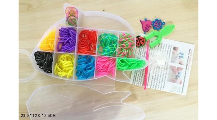 Shantou Gepai Набор для плетения браслетов, с подвесками D163Набор для плетения браслетов, с подвесками D163Набор для плетения для плетения браслетов, аксессуаров, украшений, подвесок, колец из резинок. В набор входит специальный станок и крючок плести с их помощью намного удобнее и быстрее.   Плетение браслетов из резинок развивает мелкую моторику рук, стимулирует творческое воображение.   Плетение из резинок - молодое и очень популярное хобби среди детей, подростков и взрослых по всему миру. Используя простые в обращении приспособления для плетения, можно в короткий срок сплести множество великолепных, ярких, красивых браслетов, подвесок, колец. Пластиковый станок для плетения полноразмерный или компактный, а также крючок для плетения удобно брать в дорогу.  Состав набора: резинки, подвески, станок, крючок.<br>