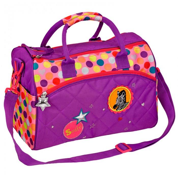 Spiegelburg Спортивная сумка Bunte Punkte 11856Спортивная сумка Bunte Punkte 11856Спортивная сумка Bunte Punkte сделана из прочной и качественной ткани, которая выдерживает высокие нагрузки и не пропускает влагу. Она окрашена в сиреневый цвет и украшена разноцветными кружочками, а также вышивкой с зеброй. У сумки есть удобные ручки. Основной отсек закрывается на молнию. Внутри 2 отделения - одно для одежды, другое для обуви. По бокам также есть карманы.  Длину плечевого ремня можно поменять, а его самого отсоединить.   Основные характеристики:   Размер: 35 x 25 x 20 см<br>