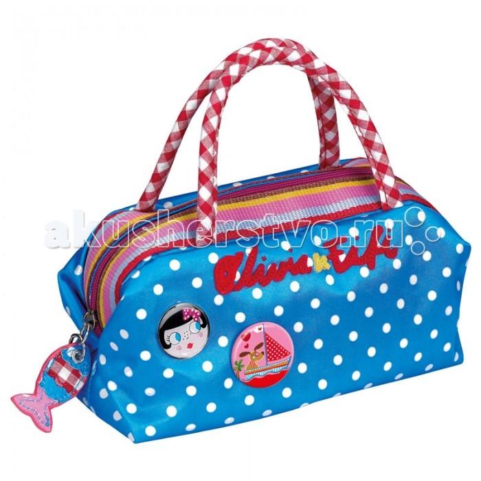 Spiegelburg Сумка Olivia &amp; Fifi 90297Сумка Olivia &amp; Fifi 90297Яркая, красивая сумка-саквояж Olivia & Fifi выполнена из прочного нейлона голубого цвета в белых горох. Имеет различные акценты в виде подвески рыбки и значков с изображением девочки Оливии и собачки Фифи.  Основные характеристики:   Размер: 24 х 12 х 9 см<br>
