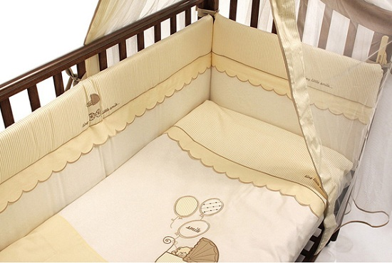 Комплект для кроватки Funnababy Smile 120х60 (5 предметов)Smile 120х60 (5 предметов)Комплект для кроватки Funnababy Smile - высококачественное белье, которое изготавливается из 100% хлопка с наполнителем: силикон.   Белье имеет красивый дизайн, оно украсит кроватку и подарит малышу уютный и здоровый сон.   В комплекте:  Пододеяльник - 100х130 см.  Одеяло - 100х130 см.  Бампер из 4 частей - 120(2)х60(2)  Простынка на резинке  Наволочка -  40х60 см    Особенности:   комплект постельного белья в детскую кроватку из натурального хлопка  постельное белье подойдёт для детской кроватки размером 120х60 см  в дизайне используется авторская вышивка и декоративное шитьё  спокойные и приятные цвета ткани с забавными рисунками не будут раздражать и утомлять глазки вашего ребёнка  нежные и мягкие материалы не будут раздражать нежную кожу ребёнка и не доставят ему неудобства  постельный комплект изготовлен из натуральных и гипоаллергенных тканей, которые создают комфортные условия для спокойного сна Вашего ребёнка  для наполнения защитного бампера, одеяла и подушки используется только экологически чистый наполнитель  данный комплект имеет 4-х сторонний защитный бампер, который защищает Вашего малыша по всему периметру кроватки  простынь с резинкой, которая помогает надежно закрепить ее на матрасе  белье легко стирается в режиме деликатной стирки при температуре 30&#186;С  комплект постельного белья сертифицирован и абсолютно безопасен для новорождённого малыша<br>