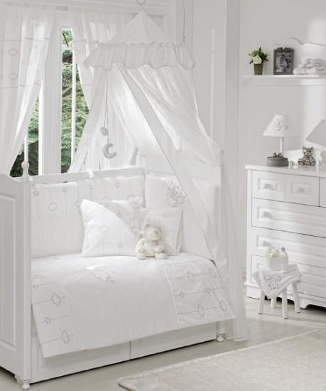 Комплект для кроватки Funnababy Luna Chic 125х65 (5 предметов)Luna Chic 125х65 (5 предметов)Комплект для кроватки Funnababy Luna Chic - высококачественное белье, которое изготавливается из 100% хлопка с наполнителем.   Белье имеет красивый дизайн, оно украсит кроватку и подарит малышу уютный и здоровый сон.   В комплекте:  Пододеяльник - 100х130 см.  Одеяло - 100х130 см.  Бампер из 4 частей - 125х65 см.  Простынка на резинке  Наволочка -  40х60 см    Особенности:   комплект постельного белья в детскую кроватку из натурального хлопка  постельное белье подойдёт для детской кроватки размером 125х65 см  в дизайне используется авторская вышивка и декоративное шитьё  спокойные и приятные цвета ткани с забавными рисунками не будут раздражать и утомлять глазки вашего ребёнка  нежные и мягкие материалы не будут раздражать нежную кожу ребёнка и не доставят ему неудобства  постельный комплект изготовлен из натуральных и гипоаллергенных тканей, которые создают комфортные условия для спокойного сна Вашего ребёнка  для наполнения защитного бампера, одеяла и подушки используется только экологически чистый наполнитель  данный комплект имеет 4-х сторонний защитный бампер, который защищает Вашего малыша по всему периметру кроватки  простынь с резинкой, которая помогает надежно закрепить ее на матрасе  белье легко стирается в режиме деликатной стирки при температуре 30&#186;С  комплект постельного белья сертифицирован и абсолютно безопасен для новорождённого малыша<br>