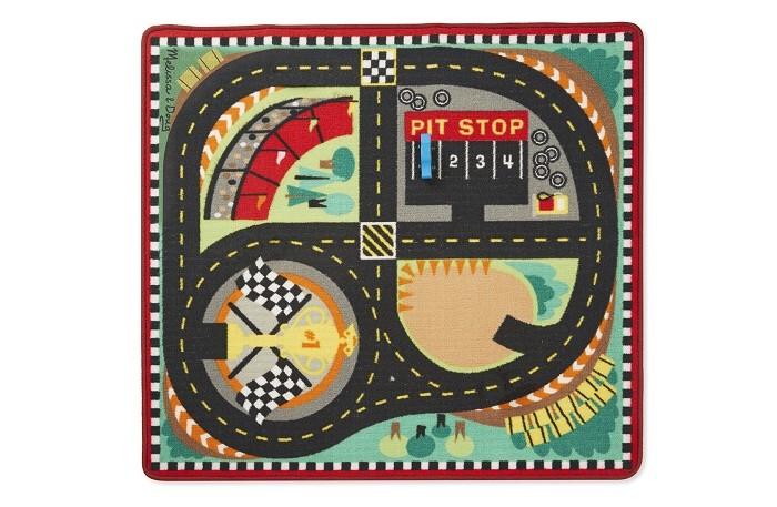 Игровой коврик Melissa &amp; Doug Коврик Трасса для гонокКоврик Трасса для гонокКоврик Трасса для гонок станет не просто украшением детской комнаты, но и интересной интерактивной игровой площадкой.   Его можно использовать в сюжетных играх с любимыми машинками.  А по окончанию игры коврик можно свернуть в рулон и убрать на хранение, он не займет много места.  В комплекте с ковриком идут четыре деревянные машинки.   Изготовлен из высококачественного полиэстера с противоскользящей поверхностью, устойчив к пятнам, а в случае необходимости стирается в стиральной машине.  Размер: 99х91 см<br>