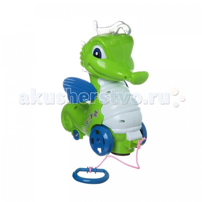 Каталка-игрушка Shantou Gepai Морской конек ZYA-A0347Морской конек ZYA-A0347Каталка-игрушка Shantou Gepai Морской конек ZYA-A0347. Для малышей, начинающих ходить, каталка-незаменимый помощник в этом нелегком деле.  Конек может ездить самостоятельно. Во время движения у него светятся колесики, поднимаются и опускаются крылья, звучит песня и музыка. А если к игрушке приладить шнурок (в комплекте), то малыш сможет возить конька за собой как каталку, держась за удобное колечко.   Игрушка работает от 3 х 1.5 V АА (в комплект не входят). В набор также входит маленький заводной морской конек.<br>