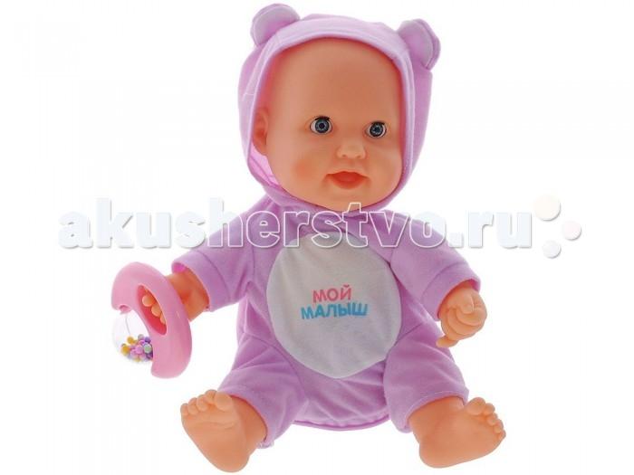 Shantou Gepai Интерактивная кукла Веселая погремушка МишаИнтерактивная кукла Веселая погремушка МишаФункциональный пупс Мой малыш. Миша - это уникальная игрушка для современных девочек.   Это не просто игрушка, а кукла, которая поможет малышкам стать в будущем заботливыми мамами.   Малыш одет в забавный комбинезон сиреневого цвета с милыми ушками на капюшоне.   Нажми на животик малыша и послушай его звонкий смех и веселые песенки! У Миши подвижные глазки и если уложить его спать, то веки закрываются сами.   В набор входит пупс и погремушка для него.   С такой игрушкой игры станут намного интереснее!   Рекомендуется докупить 3 батарейки напряжением 1.5V типа АА (товар комплектуется демонстрационными).<br>