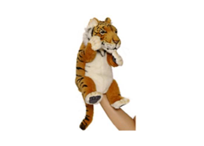 Hansa Игрушка на руку Тигр 24 смИгрушка на руку Тигр 24 смHansa Игрушка на руку Тигр 24 см  Мягкая игрушка Тигр на руку от компании Hansa может стать отличным персонажем для многочисленных театральных постановок. Одев игрушечного тигра на руку, можно будет управлять не только его головой и корпусом, но и всеми четырьмя лапами. Игрушка выполнена из качественного искусственного меха, благодаря чему она максимально приближена к своему прототипу. Внутри игрушки имеется несколько отсеков, в которые можно поместить пальцы рук для управления игрушкой Подобный тигренок легко может стать маленьким актером в руках кукловода, который подарит ему особенных характер, манеру речи и голос.<br>