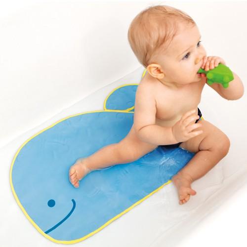 Коврик Skip-Hop Противоскользящий коврик в ванную Moby Bath MatПротивоскользящий коврик в ванную Moby Bath MatКоврик для ванны Skip-Hop Moby Bath Mat Противоскользящий коврик для ванны - просто незаменимая вещь в доме, где есть маленькие дети. Противоскользящие коврики Ski-Hop Moby не допустят детских травм и обергут родителей от переживаний. Ваш малыш сможет смело играть с резиновыми уточками, сидя на большом и доброй голубом ките.<br>