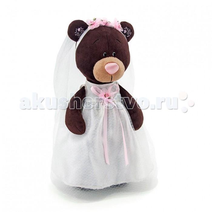 Мягкая игрушка Orange Медведь Milk невеста 30 смМедведь Milk невеста 30 смМягкая игрушка Orange Медведь Milk невеста 30 см станет настоящим другом-игрушкой для вашего ребенка.   Игрушка предстанет перед вами в белом длинном подвенечном платье, украшенном розовой ленточной. На голову невесты надета фата, декорированная милыми, розовыми цветами - она идёт под венец. Играя с медвежонком, девочка сможет погрузиться в радостные моменты предсвадебной подготовки и почувствовать себя настоящей подружкой невесты.  Особенности: Компактную и легкую игрушку малыш всегда сможет брать с собой на прогулку. Крепкие швы надежно удерживают набивку игрушки внутри.  Такой очаровательный добродушный медвежонок окажется хорошим подарком не только детям, но и взрослым.  Компания Orange является одним из лидеров в производстве мягких игрушек и текстильных аксессуаров. Изделия российского бренда славятся безупречным качеством исполнения и тщательно продуманным дизайном. Продукция Orange Toys состоит из нескольких коллекций, выполненных в разных цветовых и стилистических решениях.<br>