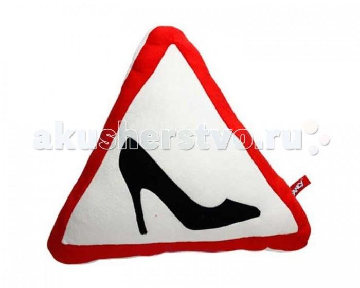 Fancy Подушка ТуфелькаПодушка ТуфелькаFancy Подушка Туфелька выполнена в белом цвете и треугольной форме. Украшенная красной рамкой и изображением черной туфли она очень похожа на автомобильный знак, сообщающий, что за рулем транспорта находится женщина.   Оригинальное изделие со смыслом изготовлено из приятных на ощупь материалов, безопасных для здоровья.<br>