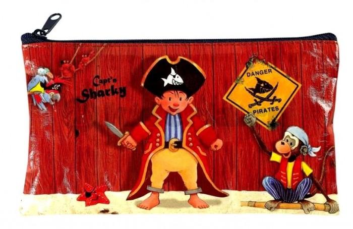 Фломастеры Spiegelburg Captn Sharky 21174Captn Sharky 21174Spiegelburg Набор фломастеров Captn Sharky 21174 состоит из 10 цветов и упакован в водонепроницаемый пенал на молнии.   Он создан специально для маленьких пиратов и любителей приключений. С его помощью можно нарисовать карту к спрятанным сокровищам, разукрасить сказочный пиратский корабль или нарисовать настоящий комикс о приключениях капитана Шарки и его верных друзей. А если поверх основных цветов нанести белый, то рисунок заиграет новыми тонами.  Совместное творчество с детьми очень сближает ребенка с родителями, развивает творческий потенциал и улучшает мелкую моторику.<br>
