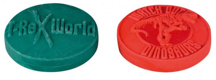 Spiegelburg Ластик T-Rex 21189Ластик T-Rex 21189Spiegelburg Ластик T-Rex 21189 отлично подойдет для маленьких палеонтологов или просто школьников, увлекающихся динозаврами.   Ластик имеет 2 отличных варианта дизайна: в зеленом и красном цветах с фирменной гравировкой. Кроме современно дизайна, ластик также отлично справляется со своей основной задачей – стирать карандаш с бумаги.   Несмотря на его яркий цвет, Вы можете не беспокоиться о том, что он запачкает или оставит следы на бумаге: ластик выполнен из качественной резины. Дети будут с удовольствием им пользоваться!<br>