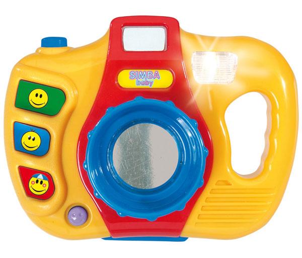 Simba ФотоаппаратФотоаппаратИгрушка Simba Фотоаппарат заинтересует деток от 1,5 лет и старше. Игрушка выполнена из гигиенического и упрочненного пластика высокого качества, который окрашен нетоксичными красками. Для большей реальности игрового процесса в фотокамере предусмотрены световые и звуковые эффекты - это вспышка и шум работающего фотоаппарата.   Игрушку можно брать с собой на различные праздничные мероприятия, чтобы фотографироваться вместе с друзьями и любимыми людьми.   Поначалу кроху привлекут яркие цвета игрушки и разноцветные кнопочки на ней, при нажатии на которые он будет слышать разнообразные мелодии. Фотоаппарат дает возможность сделать свою собственную фотографию в виде отражения или забавной картинки.   Юный фотограф всерьез займется игрушкой, развивая, тем самым, моторику ручек, координацию движений, глазомер, логическое мышление, цепочку причина-следствие, а также воображение.<br>