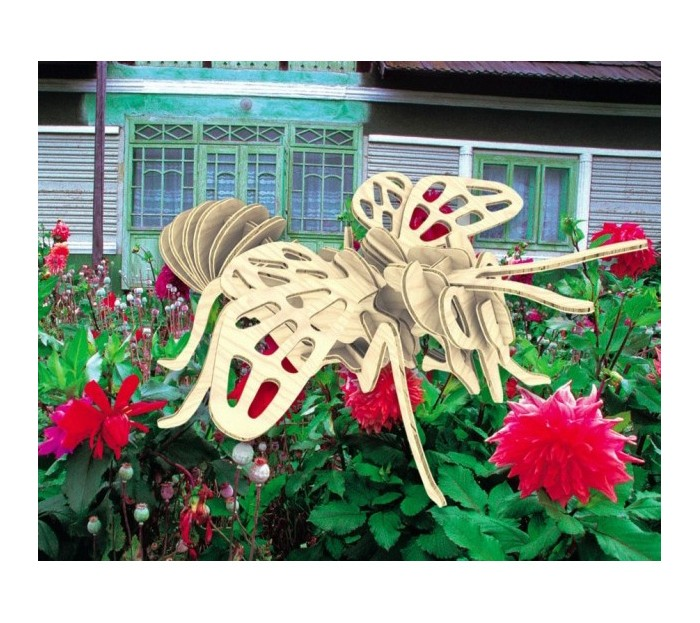 Конструктор МДИ ПчелаПчелаМДИ Пчела Е018                       Мир насекомых очень большой и в нем очень много представителей. Сборная деревянная модель Пчела, представленная в виде известного и популярного насекомого, покажет ребенку как оно выглядит. Модель сделана очень интересной, с необычными изгибами и формами, а также украшена узорами на крыльях, которые сделаны в виде прорезей. Игрушка аккуратно выполнена, детали хорошо скреплены и довольно крепко держатся. Такая модель даст первые понятия ребенку о том, как выглядит пчела и какие у нее особенности.<br>