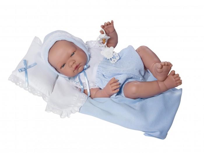 ASI Кукла Пабло 45 см 363491Кукла Пабло 45 см 363491ASI Кукла Пабло 45 см 363491 так похожа на настоящего новорожденного ребеночка, что так и хочется взять её на руки и покачать!  Кукла-реборн, полностью выполнена из винила, пупса можно купать и переодевать в одежду для новорожденных. Без волос, в голубом комбинезоне, шапочке, в комплекте пустышка, одеяльце и подушка, в красивой подарочной коробке.  Особенности:  кукла ASI сделана очень качественно.  Без запаха.   Используется безопасный твердый винил.  Видна прорисовка мельчайших подробностей тела, рук и ног.<br>