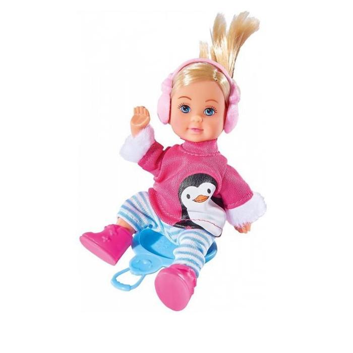 Simba Кукла Еви в зимнем костюме 12 смКукла Еви в зимнем костюме 12 смSimba Кукла Еви в зимнем костюме 12 см одета в ярко-розовую толстовку с обшитыми мехом рукавами, теплые белые штанишки с голубыми полосками.   Особенности: Ножки куклы обуты в красивые розовые сапожки, а на уши надеты утепленные наушники.  Гладкие шелковистые волосы куклы собраны в аккуратный хвостик. Кукла сделана из качественных материалов и предназначена для детей старше трех лет.  В комплекте с куклой имеется ледянка, которая позволит устроить настоящее зимнее развлечение для всех кукол этой серии.  Такая прекрасная маленькая кукла может понравиться любой девочке. Она сможет пофантазировать и придумать собственную зимнюю сказку.  Высота куклы: 12 см<br>