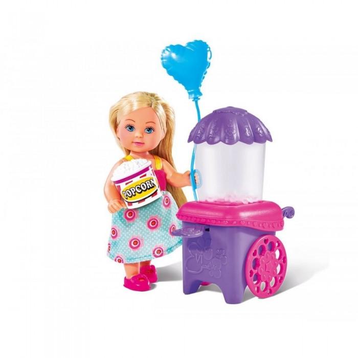 Simba Кукла Еви делает попкорн 12 смКукла Еви делает попкорн 12 смSimba Кукла Еви делает попкорн 12 см - это очень интересная игрушка для девочек.   Особенности: В комплекте с куклой идут маленький воздушный шарик, попкорн-машина и стаканчик для попкорна. Куколка выполнена очень качественно.  Еви одета в красивое летнее платьице, ее волосы аккуратно уложены. Стоит отдельно поговорить и об аксессуарах.  Попкорн-машина работает, и в ней даже есть попкорн.  С таким набором можно устраивать различные игры, например о том, как Еви гуляет по парку и покупает себе кукурузные зерна в сахаре.  Высота куклы: 12 см<br>