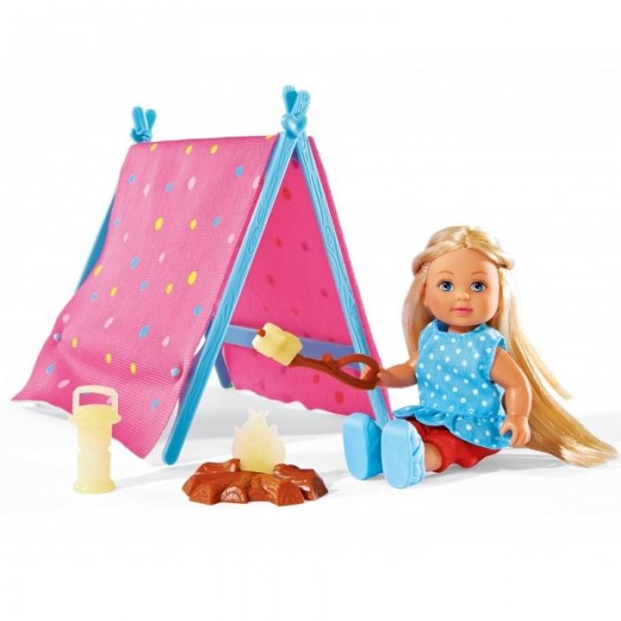 Simba Набор Кукла Еви-кемпинг 12 смНабор Кукла Еви-кемпинг 12 смSimba Набор Кукла Еви-кемпинг 12 см обязательно внесет разнообразия в игры девочек.  Особенности: Набор состоит из куклы, палатки, фонарика, костра и шампура с едой.  Все игрушки в совокупности образуют сцену отдыха куклы-девочки на природе. Кукла, с длинными волосами и размеров в 12 см, одета в летнее платьице и обувь, конечности ее подвижны, что позволяет игрушке принять любое положение. Палатка собрана из пластикового каркаса и текстильного красочного материала.  В комплекте: кукла, палатка, фонарик, костер, шампур с едой. Высота куклы: 12 см<br>
