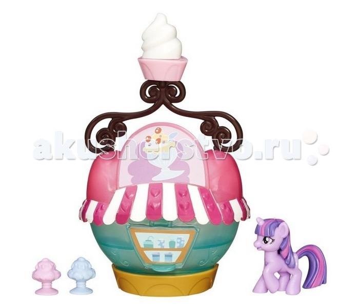 My Little Pony Кафе-мороженое Твайлайт СпаркКафе-мороженое Твайлайт СпаркИгровой набор Hasbro My Little Pony Кафе-мороженое Твайлайт Спарк   Итак, у вас есть фигурка пони, а также здание кафе и два мороженых разного цвета. Продавайте холодные сладости и угощайте друзей!   Высота кафе около 10 сантиметров.   Окошко в нем открывается и закрывается, а верхняя декоративная часть с изображением мороженого снимается.<br>