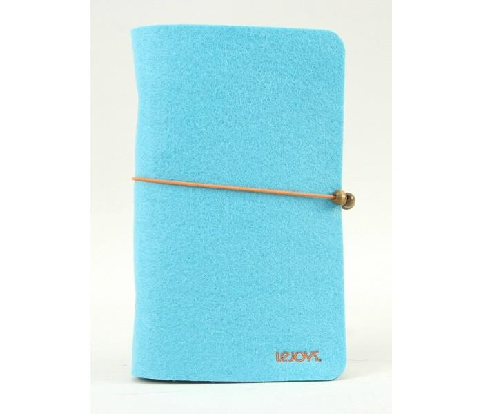 Lejoys Блокнот Felt на кольцах, голубой (120 листов)Блокнот Felt на кольцах, голубой (120 листов)Блокнот Lejoys имеет оригинальную обложку из натурального материала — войлока, который является экологичным, не загрязняет природу. Обложка выполнена в ярко-голубом цвете. Внутренний блок состоит из 120 листов белого цвета с разлиновкой, скреплен кольцами.  Основные характеристики:  Размеры: 11,5 &#215; 19 см Количество листов: 120 шт.<br>