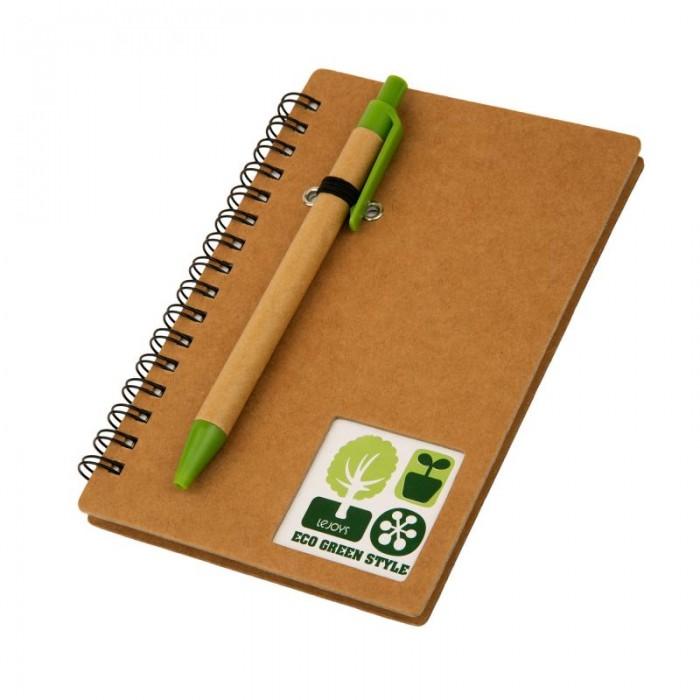 Lejoys Блокнот Tree на спирали с крафт-обложкой и ручкой А5 (80 листов)Блокнот Tree на спирали с крафт-обложкой и ручкой А5 (80 листов)Надежный и стильный блокнот в крепкой обложке из крафт-бумаги будет верно служить своему владельцу на заседаниях, интервью или занятиях. Благодаря спирали листы в линейку легко переворачивать. Твердая обложка чуть большего формата не позволит краям листов погнуться или порваться. И авторучка будет всегда под рукой – она крепится снаружи обложки при помощи резинки. Обложка и корпус ручки выполнены из экосырья – переработанной крафт-бумаги натурального древесного цвета, так что этот аксессуар отлично выпишется в идеологию зеленого офиса.  Основные характеристики:  Размеры: 10.5 х 15.5 см Формат: А5 Количество листов: 80 шт.<br>