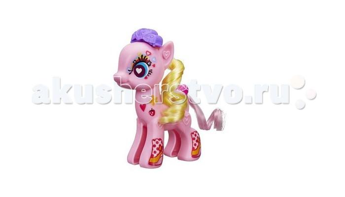 My Little Pony Создай пони Пинки ПайСоздай пони Пинки ПайИгровой набор Hasbro My Little Pony Создай пони Пинки Пай -любимица девчонок, одна из главных героинь популярного мультсериала «Дружба – это чудо».   В комплект входит собирающаяся из двух половинок фигурка Пинки, две пряди гривы, прядь хвоста, три трафарета для окрашивания, расческа, два гребня, лист со стикерами, распылитель маркеров, два маркера (голубой и фиолетовый).   Собрав фигурку, окрасьте пряди гривы и хвоста: для этого вставьте их в трафареты с полосками и сердечками, а маркер нужного цвета – в распылитель. Получив нужный результат, закрепите пряди волос на пони и украсьте ее наклейками.   Высота фигурки: 12,7 см.<br>