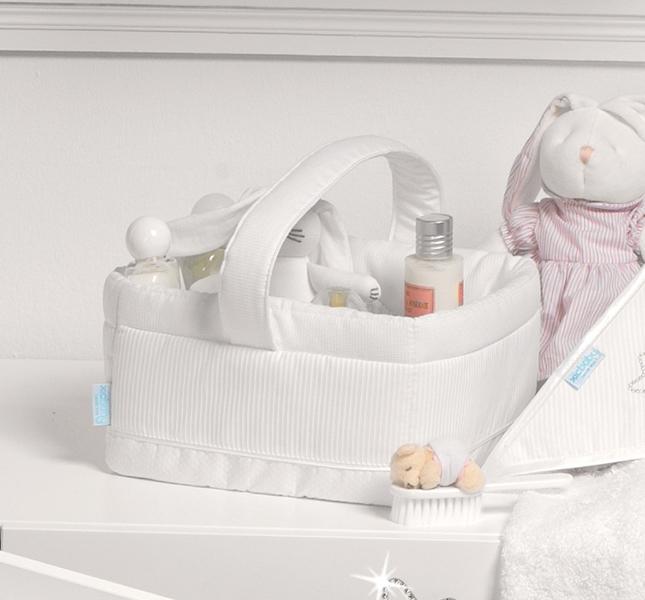 Micuna Корзина Juliette для мелочейКорзина Juliette для мелочейТекстильная корзинка для мелочей Micuna Juliette TX-832.  Натуральный хлопок самой тонкой выделки, мягкий и гипоаллергенный, не раздражающий самую чувствительную детскую кожу – текстильная коллекция Micuna создана специально для малышей. Нежные и приятные на ощупь ткани окутают ребёнка заботой и будут охранять его покой в минуты чуткого сна. Текстильные комплекты и аксессуары выполнены из 100% хлопка, в качестве наполнителя для мягких бортов и подушечек используется холлофайбер. Это полиэстеровое волокно, скрученное в пружинки, более практично и обладает большей теплоизоляцией, нежели полиэстер. Весь текстиль Micuna хорошо стирается и быстро сохнет, что особенно важно в первые месяцы жизни малыша.   Особенности:  Корзина для хранения мелких предметов и игрушек Оригинальный дизайн Сочетание удобства и функциональности Удобная ручка для переноски Натуральные материалы с обивкой из натурального хлопка<br>