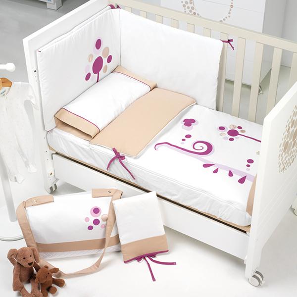 Комплект в кроватку Micuna Бортики и покрывало Lunar 120х60Бортики и покрывало Lunar 120х60Набор Micuna Lunar покрывало+бортики 140*70 TX-1435 Натуральный хлопок самой тонкой выделки, мягкий и гипоаллергенный, не раздражающий самую чувствительную детскую кожу – текстильная коллекция Micuna создана специально для малышей. Нежные и приятные на ощупь ткани окутают ребёнка заботой и будут охранять его покой в минуты чуткого сна. Текстильные комплекты и аксессуары выполнены из 100% хлопка, в качестве наполнителя для мягких бортов и подушечек используется холлофайбер. Это полиэстеровое волокно, скрученное в пружинки, более практично и обладает большей теплоизоляцией, нежели полиэстер. Весь текстиль Micuna хорошо стирается и быстро сохнет, что особенно важно в первые месяцы жизни малыша.   Основные характеристики:  50% хлопок, 50% полиэстер;  наполнитель – холлофайбер;  гипоаллергенные материалы и краски;  мягкие бортики.   Размер бампера (ДхВ): 180х40 см<br>