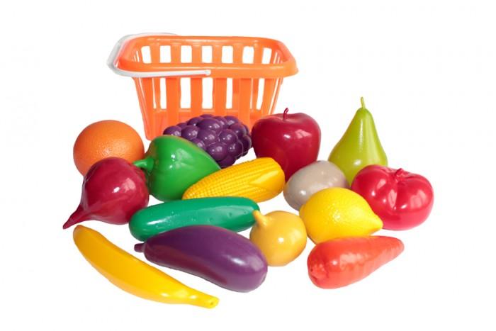 Совтехстром Набор Фрукты и овощи в корзинеНабор Фрукты и овощи в корзинеСовтехстром Набор Фрукты и овощи в корзине   Особенности: Все предметы изготовлены из высококачественной пластмассы, которая не вызывает аллергию и безопасна для здоровья.  Корзинку с ручкой можно использовать отдельно в играх, связанных с магазином, а овощи и фрукты - на детской кухне, где готовится воображаемая еда.  Комплект: корзина, фрукты и овощи (виноград,лимон, апельсин, банан, груша, яблоко, огурец, перец, морковь, свекла, кукуруза, картофель, баклажан, помидор, лук)<br>