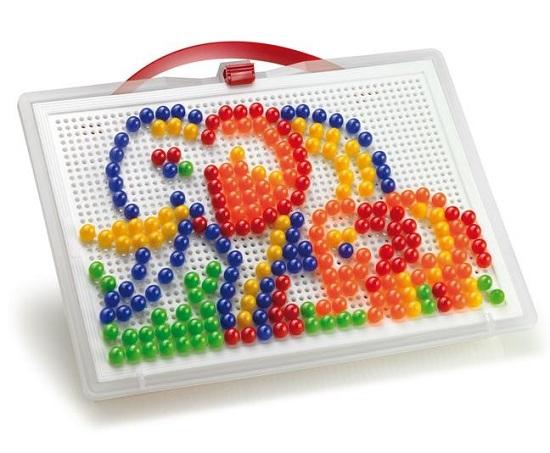 Quercetti Мозаика Фантастические цвета (270 деталей)Мозаика Фантастические цвета (270 деталей)Мозаика Quercetti Фантастические цвета из 270 элементов  Это занимательное творческое и логическое занятие увлечет на долгое время Вашего ребенка, он сможет создавать цветные картинки с помощью гвоздиков по образцу, а также может проявить фантазию.  Мозаика формирует в ребенке конструкторские навыки, способствует развитию мелкой моторики рук, логического и творческого мышления, прививает усидчивость и внимательность.    В набор входит:   270 пуговиц диаметр - 10 мм  1 чемоданчик для хранения  1 основа для мозаики  1 цветной буклет  Все элементы изготовлены из безопасного пластика.  Элементы можно мыть  Размер доски: 28 х 20 см Размер коробки 32х24х6 см  Вес коробки 620 г<br>