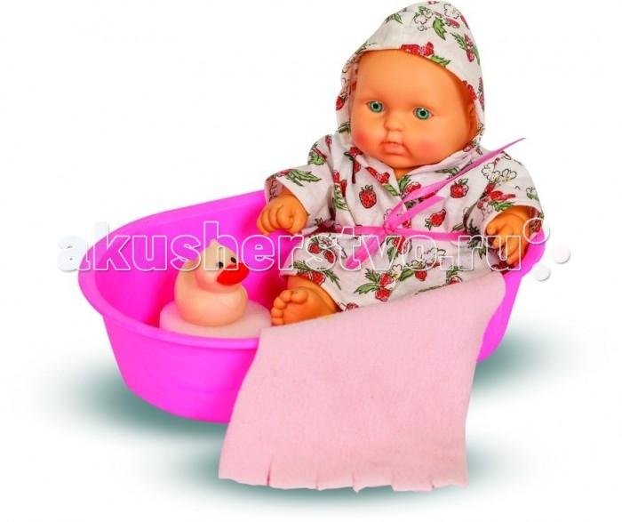 Весна Кукла карапуз в ванночке девочкаКукла карапуз в ванночке девочкаПупс Карапуз от известной в России фабрики Весна - симпатичная розовощекая девочка. Кукла отличается потрясающей детализацией и обладает не только характерным для младенцев телосложением, но и анатомической деталью, указывающей на ее пол.  В комплекте с пупсом юная мама получит ванночку, утенка, чтобы развлекать своего малыша, цветастый халатик и банные принадлежности. Кукла полностью изготовлена из эластичного винила, ее можно купать, переодевать, усаживать и всюду брать с собой.  Комплект: пупс, ванна, утенок, полотенце, мочалка.<br>