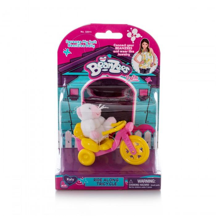 Beanzeez Игровой набор плюшевый Котенок с велосипедомИгровой набор плюшевый Котенок с велосипедомBeanzeez Игровой набор плюшевый Котенок с велосипедом, включающий миниатюрную плюшевую игрушку и аксессуар. В яркой красочной упаковке блистерного типа Вы найдете белоснежную кошечку по имени Кейли и её желто-розовый трехколесный велосипед.  Особенности: Крошечные питомцы Beanzees – обитатели волшебного леса Бинзилэнд, в котором всегда ярко сияет солнышко и цветут цветы. Всего эта серия игрушек насчитывает более 50 различных персонажей!  С ними можно играть, их можно коллекционировать, соединять между собой с помощью липучек на лапках и носить как ожерелья и браслеты, а кроме того они являются замечательным антистрессом, поскольку их набивка состоит из маленьких округлых гранулок, которые делают игрушку очень приятной на ощупь! Размер игрушки составляет около 5 см.  Внешний вид упаковки может немного отличаться от фото, представленного на сайте.<br>