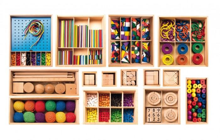 МДИ Игровой набор Дары ФребеляИгровой набор Дары ФребеляМДИ Игровой набор Дары Фребеля Д056  С игровым набором Дары Фребеля можно занять ребенка на долгое время, в комплект входят 14 модулей с разнообразными и интересными элементами. Все деревянные коробки имеют свой порядковый номер. В каждом мини-наборе дети найдут что-то интересное для себя - брусочки, кубики, кирпичики, шнуровку с бусинами, разноцветные геометрические фигурки, колечки и многое другое. Комплект предназначен для развития логического и пространственного мышления, восприятия цвета и формы, а также моторики рук. Все элементы набора изготовлены из бука, хлопковых нитей и красок на водной основе.  В комплекте 14 мини наборов.  Развивающее значение:  - тренируется мелкая моторика пальцев - развивается нестандартное мышление, логика - стимулируется воображение - малыш наглядно наблюдает некоторые физические законы<br>