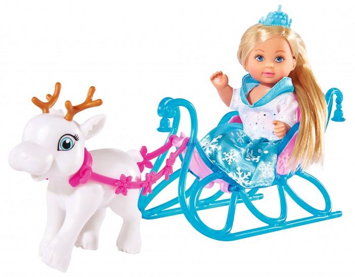Simba Кукла Еви на санях 12 смКукла Еви на санях 12 смSimba Кукла Еви на санях и оленем понравится абсолютно каждой девочке!  В набор включена замечательная куколка Эви в зимнем наряде. Она — снежная принцесса с тиарой на голове, которая катается на королевских санях с северным оленем.  Набор изготовлен из качественного пластика и текстиля, поэтому является безопасным для ваших деток.<br>