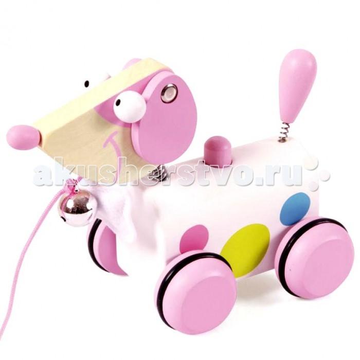 Каталка-игрушка Spiegelburg Собачка Элла 6181009Собачка Элла 6181009Spiegelburg Каталка-собачка Элла 6181009 - это отличная игрушка для малышей, которые только научились ходить. Она выполнена в виде очаровательного щеночка по имени Элла с розовыми деревянными колесиками и веревочкой, взявшись за которую, малыш сможет потянуть игрушку за собой. Шея щенка украшена галстуком в виде косточки и бубенчиком.  Каталка оснащена звуковым модулем. При нажатии на кнопку на спине собачки раздастся веселая песенка. Голова и хвостик щенка оснащены пружинкой, они забавно покачиваются при движении. Все детали изделия высокого качества и изготовлены из безопасных для здоровья материалов.<br>