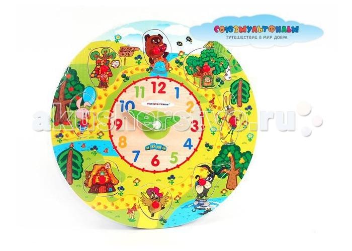 Деревянная игрушка Союзмультфильм Часы-логика Винни-ПухЧасы-логика Винни-ПухРазвивать мышление, логику и мелкую моторику малышей отлично помогают логические игрушки от Союзмультфильм.   Они прочные и безопасные для детского здоровья, потому что изготовлены из дерева.   Благодаря представленному варианту ребенок сможет в легкой игровой форме научиться распознавать время.    В центре часов размещен циферблат с крупно нарисованными цветными цифрами. А на внешнем круге изображены герои мультфильма. Данные элементы с картинками могут служить игрой-головоломкой. Детали вытаскиваются из корпуса часов, а малыш должен расставить их по местам, подбирая форму элемента к форме отверстия.  Размер часов: 28 см  Количество деталей: 8 шт. + основа.<br>