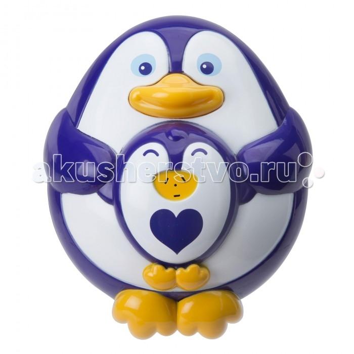 Alex Игрушка для ванны ПингвиненокИгрушка для ванны ПингвиненокОчаровательный пингвинчик с пингвиненком – новая игрушка для ванны от американского бренда Alex, которая отлично разнообразит водные процедуры малыша веселой и увлекательной игрой.   Пингвиненок оборудован функцией разбрызгивания воды, что приятно удивит и позабавит малыша во время купания. Просто нажмите пингвиненку на животик, и он выпустит фонтанчик воды.   Игрушка сделана из упроченного пластика, не содержит в составе вредных красителей, отлично держится на воде и не тонет. В процессе игры малыш будет тренировать мелкую моторику, координацию движений и осваивать тактильные навыки.<br>