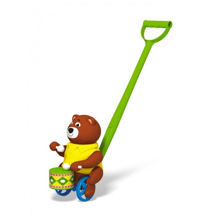Каталка-игрушка Стеллар БарабанщикБарабанщикКаталка-игрушка Стеллар Барабанщик снабжена ручкой, за которую удобно держаться.   Особенности: На другом ее конце можно увидеть медвежонка, одетого в яркую рубашку.  На его мордочке довольная улыбка - мишка-музыкант с явным удовольствием играет на барабане.  Ребенку наверняка будет интересно наблюдать за тем, как игрушка катится на небольших колесиках, как бы подталкивая медвежонка.<br>