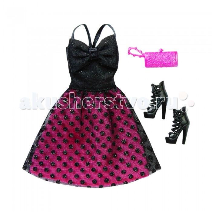 Barbie Комплект одежды Барби Черно-розовое платьеКомплект одежды Барби Черно-розовое платьеКомплект одежды Черно-розовое платье отлично подойдет для вечеринки.   Черный трикотажный топ с атласными бретельками отлично сочетается со слегка расклешенной двойной юбкой.  Нижний слой юбки выполнен из яркой розовой ткани.  Верхний слой – из прозрачной черной ткани, украшенной множеством круглых блесток.  На груди пришит большой черный бант.  Одев такой шикарный наряд, кукле обязательно пригодятся черные туфельки без каблука и модный розовый клатч.   Набор представлен в прозрачном пакетике, внутри которого есть картонная вставка с изображением манекена и шкафа для одежды.   Рекомендуемый возраст: от 3 лет.<br>
